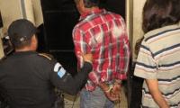 """Pareja detenida por haber quemado las piernas de una niña de 6 años, quien no """"permitía ser abusada sexualmente"""". (Foto Prensa Libre: Cortesía PNC)"""