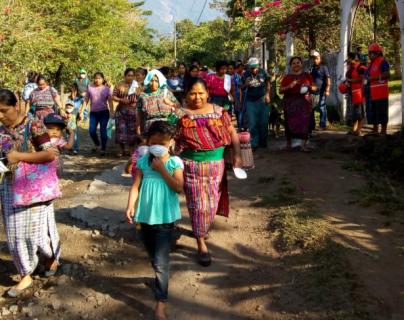 Pobladores de comunidades cercanas al Volcán de Fuego participan en simulacro de evacuación. (Foto Prensa Libre: Conred).
