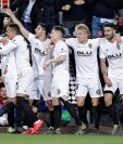 El delantero hispano brasileño del Valencia CF, Rodrigo Moreno (izqda), celebra con sus compañeros el primer gol de su equipo ante el Real Betis. (Foto Prensa Libre: EFE)