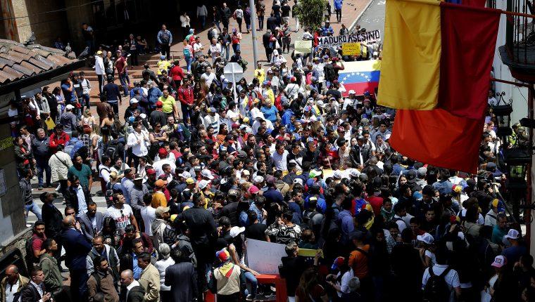 Decenas de venezolanos se concentran cerca de la sede del Ministerio de Relaciones Exteriores de Colombia, lugar donde se celebró la reunión de la cumbre del Grupo de Lima sobre Venezuela, para expresarle su apoyo a Juan Guaidó. (Foto Prensa Libre: EFE)
