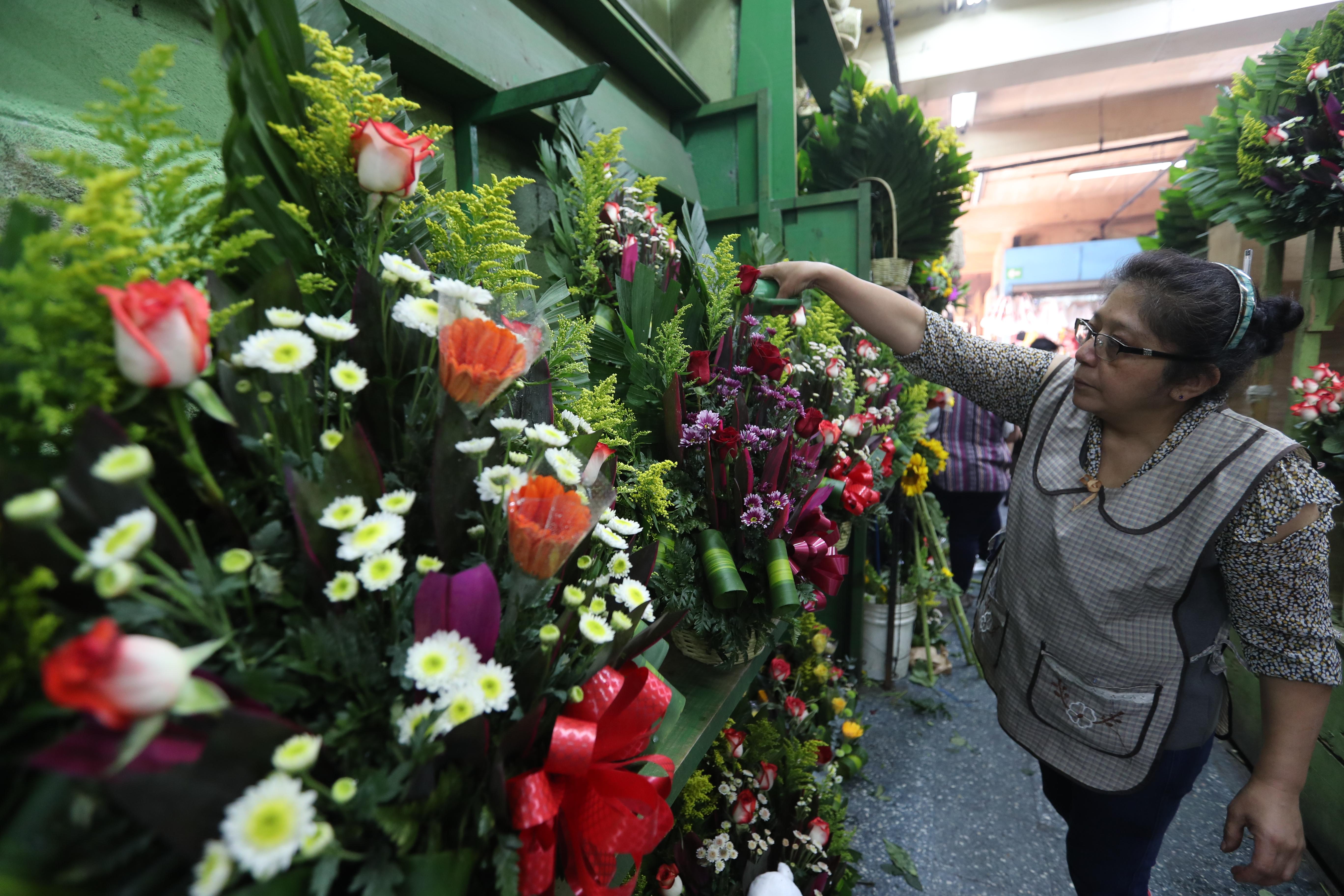Los arreglos florales se ofrecieron en precios desde Q 20 hasta Q 150 en el Mercado Central. (Foto Prensa Libre: Érick Ávila)