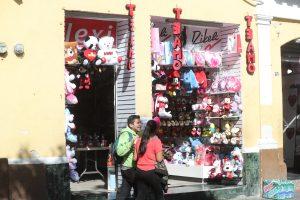 En el Paseo de la Sexta, zona 1, se ofrecieron animales de peluche por el Día del Cariño. (Foto Prensa Libre: Érick Ávila)