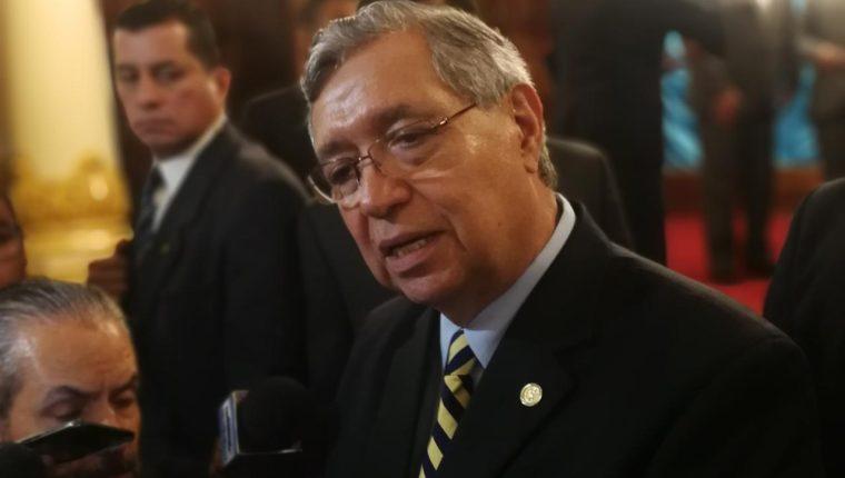 El vicepresidente Jafeth Cabrera da declaraciones a la prensa. (Foto Prensa Libre: Andrea Orozco)