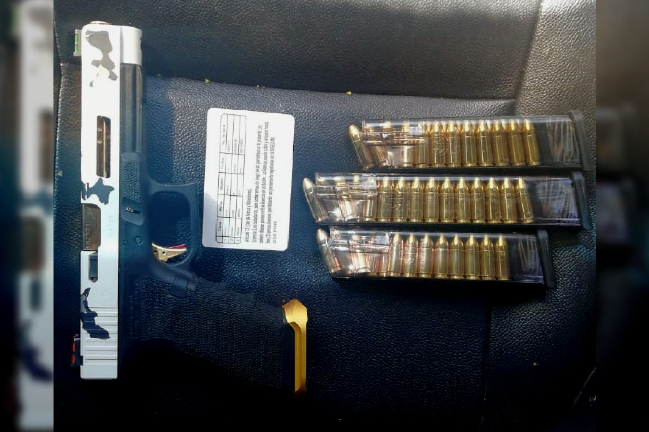 Parte de armas y municiones que se le incautaron al supuesto narcotraficante. (Foto: PNC)