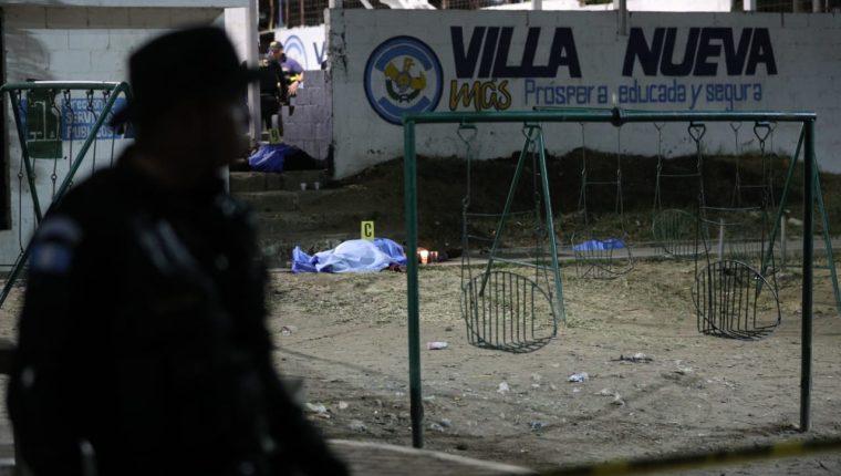 Agentes de la PNC acordonan el área donde ocurrió el ataque armado, en Villa Nueva. (Foto Prensa Libre: Carlos Hernández Ovalle)