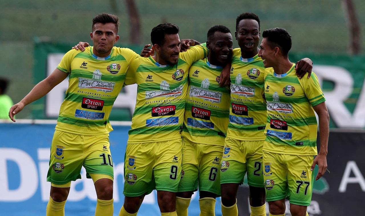 Los jugadores de Chiantla celebran el gol de Kervin García, el tanto del empate de los huehuetecos frente a Antigua GFC. (Foto Prensa Libre: Carlos Vicente)