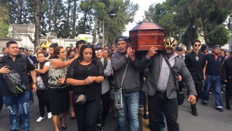 Familiares y luchadores llevan el féretro de Laísha Cameros al Cementerio General. (Foto Prensa Libre: Alberto Cardona)