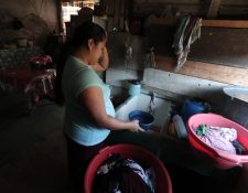 Vecinos del asentamiento 19 de Mayo piden agua entubada desde hace una semana. (Foto Prensa Libre: Juan Diego González)