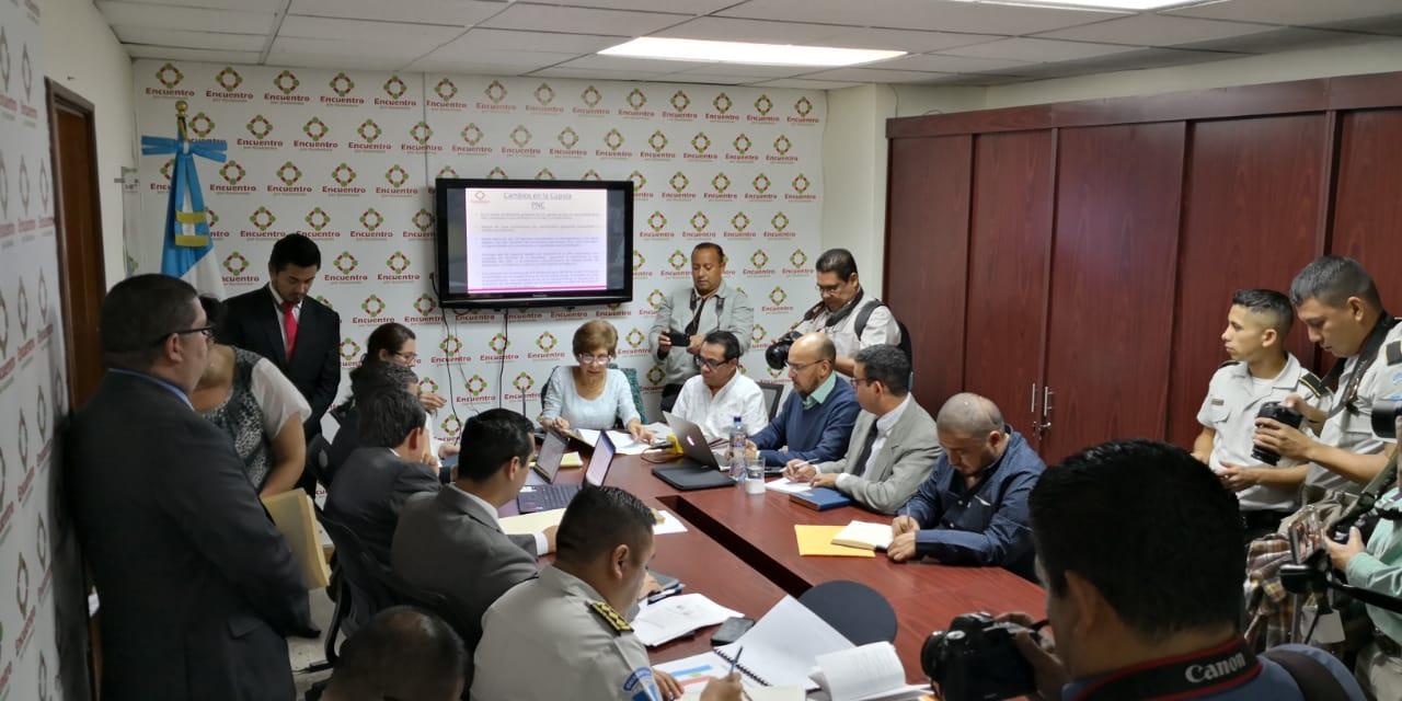 Autoridades de la Policía Nacional Civil sostienen una reunión en el Congreso con diputados de Encuentro por Guatemala. (Foto Prensa Libre: Carlos Álvarez)