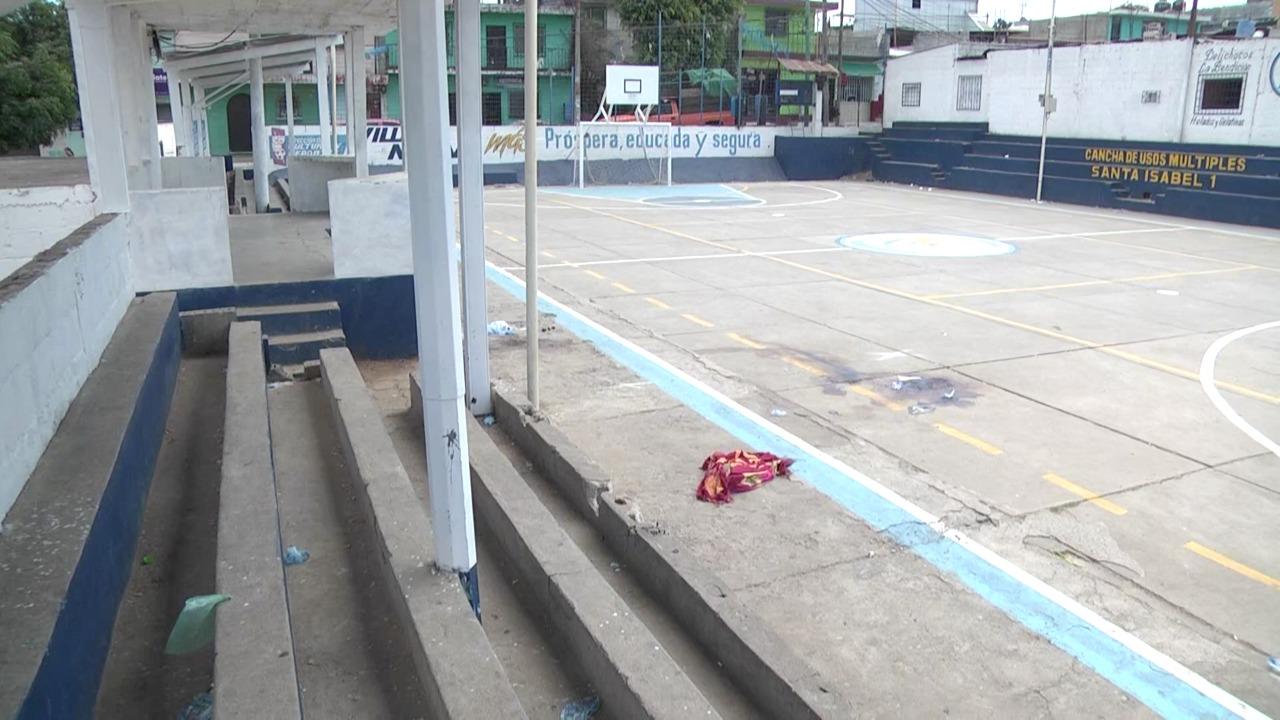 En las desoladas canchas de Santa Isabel 1 aún quedan las evidencias del mortífero ataque armado del fin de semana último. (Foto Prensa Libre: David Sanchinelli)