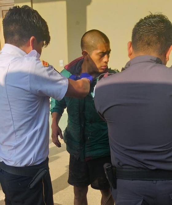 Jorge Mario Mendoza García, de 20 años, intentó escapar pero quedó atrapado en la malla perimetral de la cárcel.(Foto Prensa Libre: Bomberos Voluntarios)