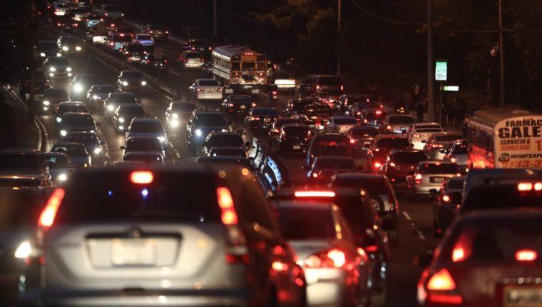 Tránsito complicado en el bulevar Vista Hermosa, zona 15. (Foto Prensa Libre: Carlos Hernández).