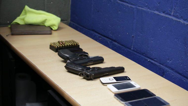 Armas y teléfonos incautados a los sospechosos.(Foto Prensa Libre: cortesía PNC)