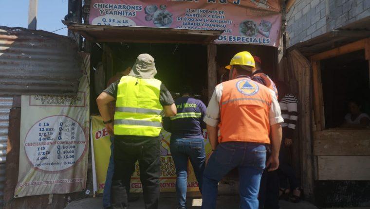Personal de la Conred explica a los vecinos del peligro que corren si viven en ese lugar.(Foto Prensa Libre: cortesía Mixco)
