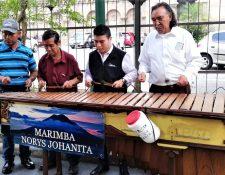 La marimba Norys Johanita se presenta todos los días en la Sexta Avenida de la Zona 1. (Foto Prensa Libre: Pablo Juárez Andrino)