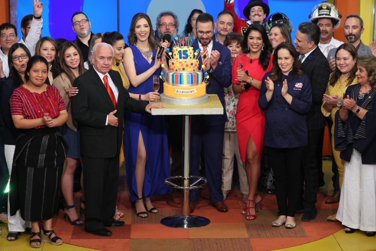 Entre reconocimientos y galardones, el equipo de Guatevisión y Viva La Mañana festejó sus 15 años de trayectoria. (Foto Prensa Libre: Carlos Hernández)