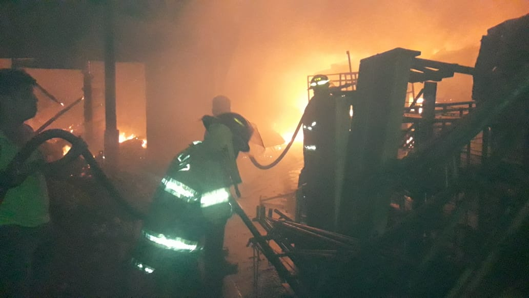 Las llamas consumen los artículos que son resguardados en el inmueble. (Foto Prensa Libre: Cristian Icó Soto)