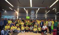 Los aficionados del cuadro pechoamarillo se tomaron una fotografía con el plantel de Deportivo Guastatoya. (Foto Prensa Libre: La Red)