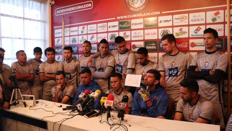 Los jugadores de Xelajú MC en la conferencia de prensa donde se comprometieron a mejorar su nivel futbolístico. (Foto Prensa Libre: Raúl Juárez)