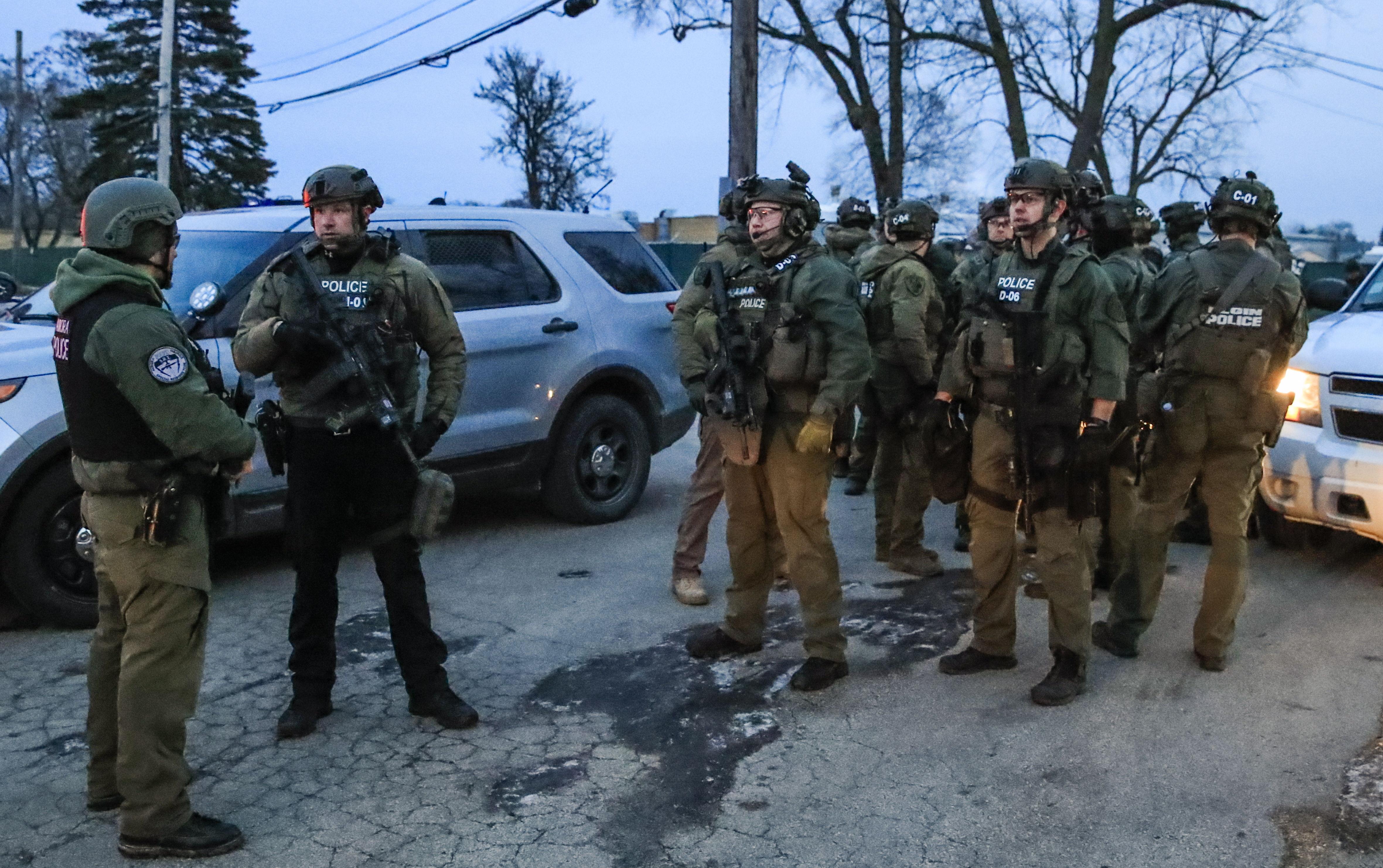 Fuerzas de élite resguardan la escena de la balacera, en Aurora, Illinois. (Foto Prensa Libre: EFE)
