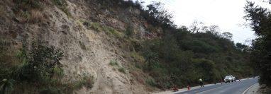 Deslizamiento de tierra en el kilómetro 210, Zunil, Quetzaltenango, provocó una nube de polvo. La empresa que construyó la vía descombró el área. (Foto Prensa Libre: Mynor Toc)