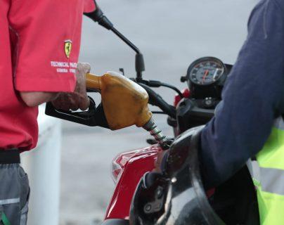 Los precios de los combustibles registraron variación al alza en la última semana reportó la Dirección General de Hidrocarburos. (Foto Prensa Libre: Juan Diego González)