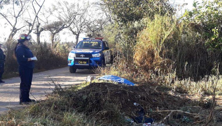 El cadáver de un hombre con señales de violencia fue localizado en el camino de Xejuyú, El Tejar, Chimaltenango. (Foto Prensa Libre: Víctor Chamalé)