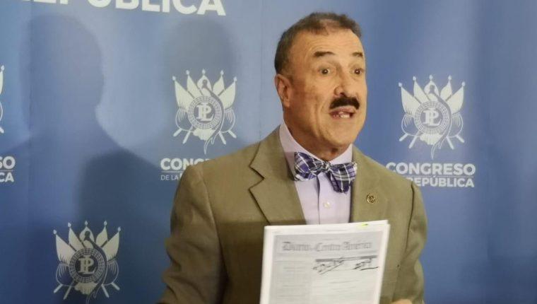 El diputado Fernando Linares-Beltranena presenta una iniciativa de ley en el Congreso. (Foto Prensa Libre: Cortesía)