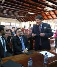 Los abogados Melvin Ortiz, Luis Ernesto Rodríguez y Mario Fuentes Destarac, de la Cámara Guatemalteca de Periodismo, conversan minutos antes de que comenzara la vista pública. (Foto Prensa Libre: Óscar Rivas)