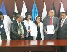 Representantes de los profesionales de la salud y el ministro Carlos Soto (d) firmaron un acuerdo para formalizar el incremento salarial al gremio. (Foto Prensa Libre: Ana Lucía Ola)