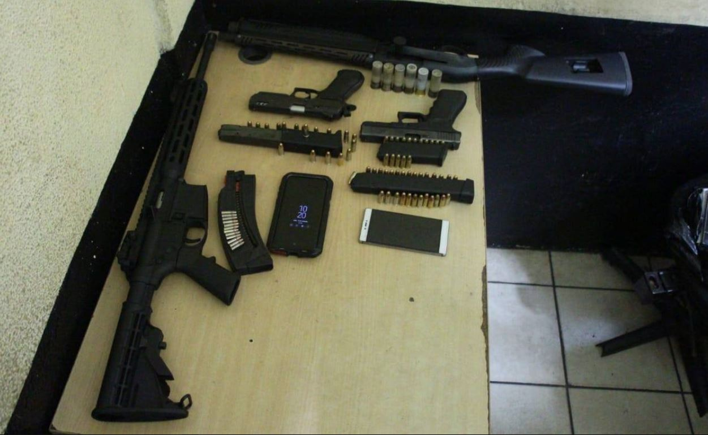 La PNC incautó cuatro armas en Escuintla y capturó a dos hermanos, por trasladarlas sin licencia de portación. (Foto Prensa Libre: Cortesía)