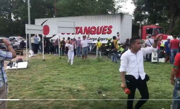 Ayuda llega a frontera venezolana escoltada por policías colombianos. (Foto: Twitter/@mat_charles_)