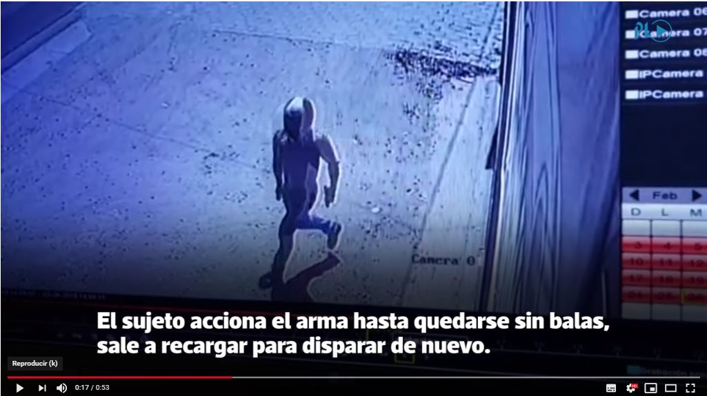 Sujeto sale de un taller donde disparó contra dos hombres, en Ipala, Chiquimula. (Foto Prensa Libre:)