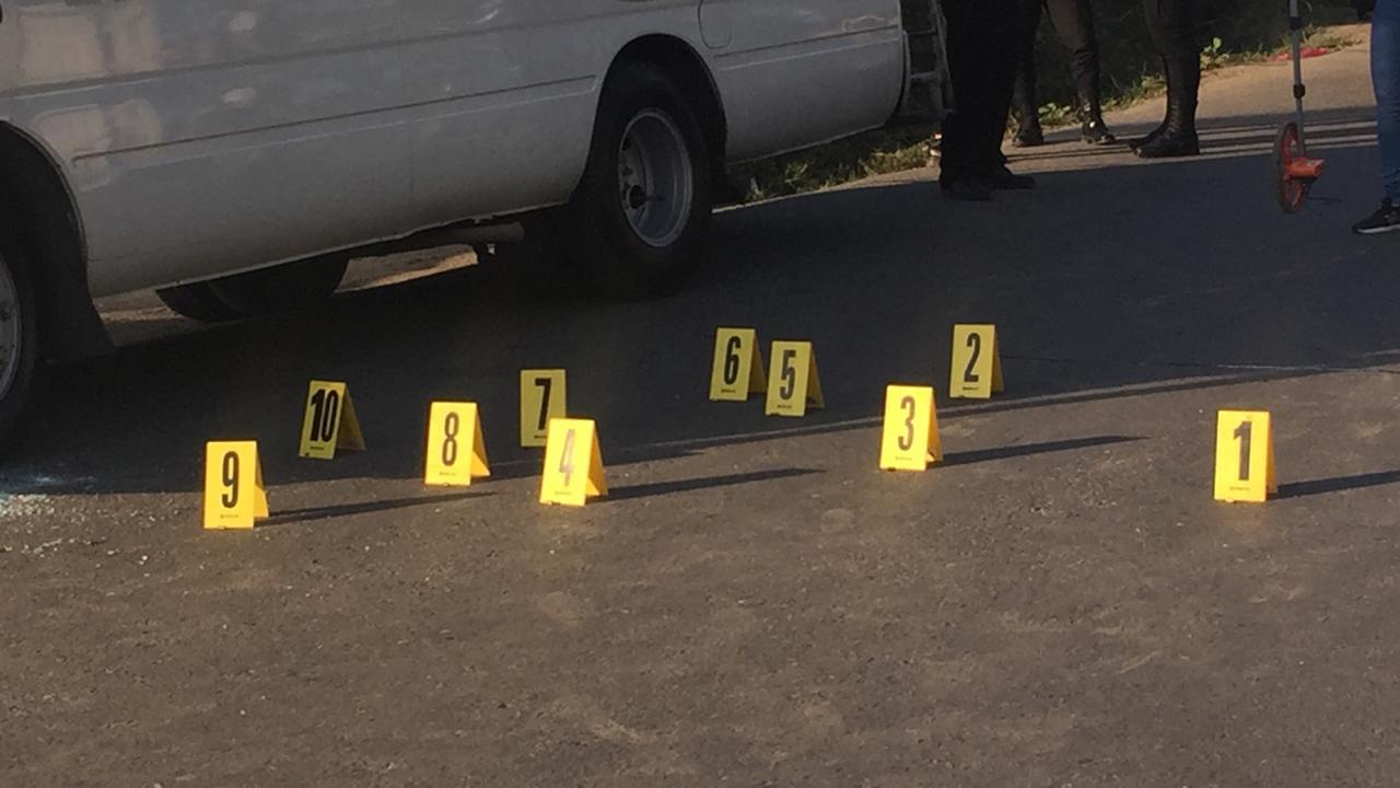 El conductor del microbús murió baleado. (Foto Prensa Libre: César Hernández)