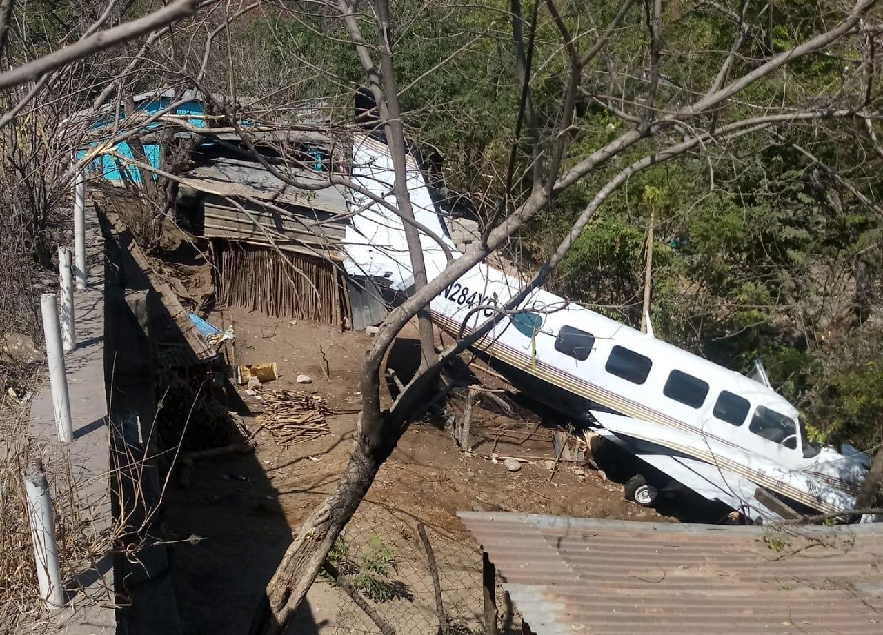 En Chiquimula aterrizó una avioneta que no tenía plan de vuelo y en el cual fue encontrado dinero. (Foto Prensa Libre: MP)
