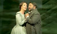 Mario Chang, como Edgardo en Lucia di Lamermoor, y la soprano Brenda Rae, en la Ópera de Santa Fe  (Foto Prensa Libre: YouTube / TheSantaFeOpera).