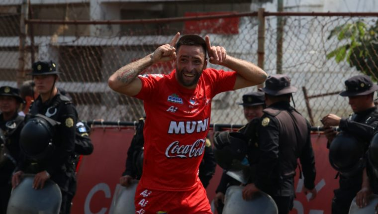 Enzo Herrera festeja el primer gol de Malacateco. (Foto Prensa Libre: Raúl Juárez)