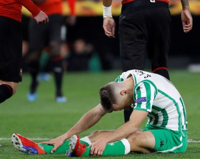El centrocampista del Real Betis Sergio Canales se lamenta durante el partido de vuelta de dieciseisavos de final de la Liga Europa que Real Betis y Rennes. (Foto Prensa Libre: EFE).