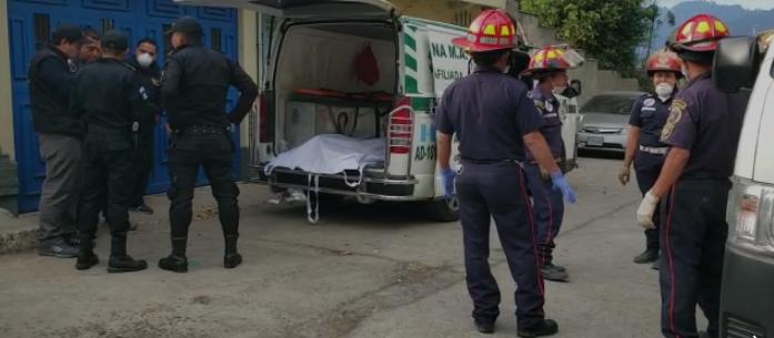 El cuerpo del joven fue trasladado en una ambulancia.( Foto Prensa Libre: cortesía)