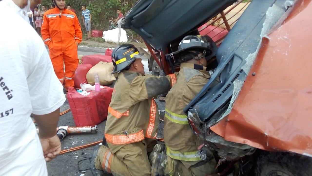 Socorristas trabajan en el lugar donde un tráiler chocó con un picop para recuperar el cuerpo de una persona. (Foto Prensa Libre: Dony Stewart)