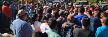 Pobladores, padres de familia y transportistas se aglutinan en Las Cuevas. (Foto Prensa Libre: Eduardo Sam)