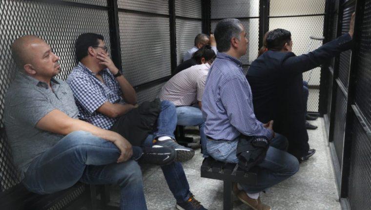 Los  12 procesados escuchan la sentencia dictada por el Tribunal Séptimo Penal. (Foto Prensa Libre: Carlos Hernández)