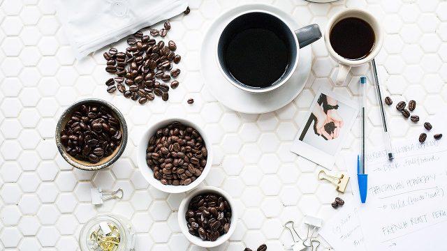 Beber una taza de café en el trabajo ayuda a mejorar el rendimiento mental. (Foto Prensa Libre: Brooke Lark / Unsplash)