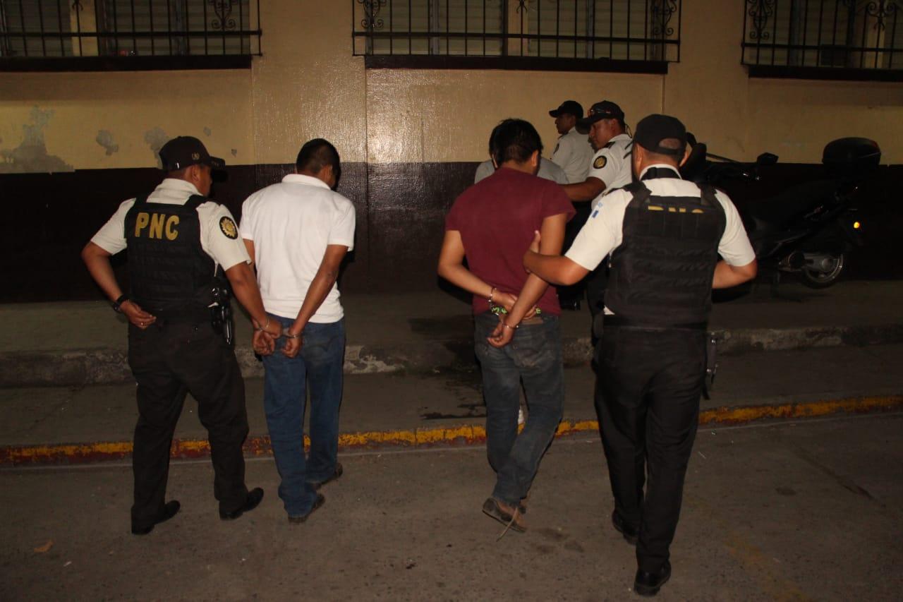 Tres hermanos fueron capturados por la PNC cuando llevaban a un hombre que habían secuestrado. (Foto Prensa Libre: Hillary Paredes)