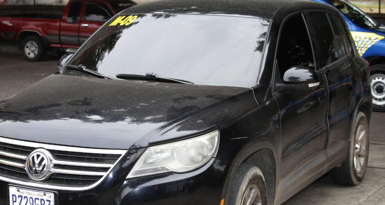 Los capturados se conducían en un vehículo negro. (Foto Prensa Libre: PNC)