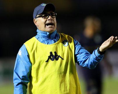 William Coito Olivera, técnico de Comunicaciones, exige a sus jugadores en el partido contra Siquinalá. (Foto Prensa Libre: Carlos Vicente).