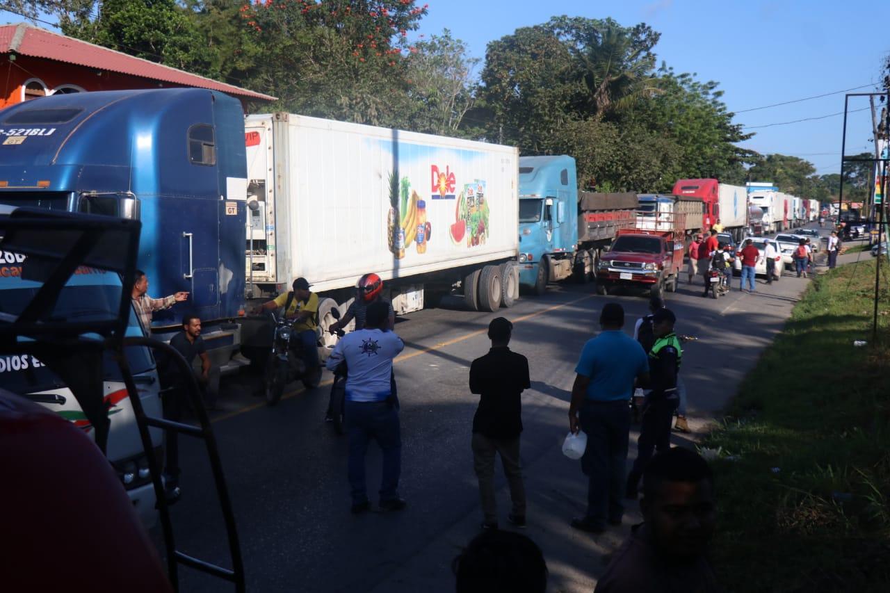 Varios contenedores con productos perecederos están varados en Puerto Barrios, por el bloqueo. (Foto Prensa Libre: César Hernández)