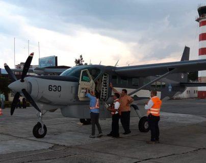 Esta sería la ambulancia de la Fuerza Aérea Guatemalteca en la que serán trasladados la médico y su esposo. (Foto Prensa Libre: Cortesía)