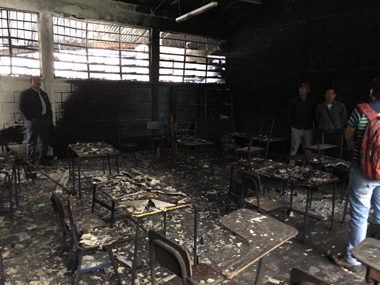 Debido al incendio, tres aulas de la escuela de Popabaj, Tamahú, Alta Verapaz, fueron dañadas. (Foto Prensa Libre: Eduardo Sam)