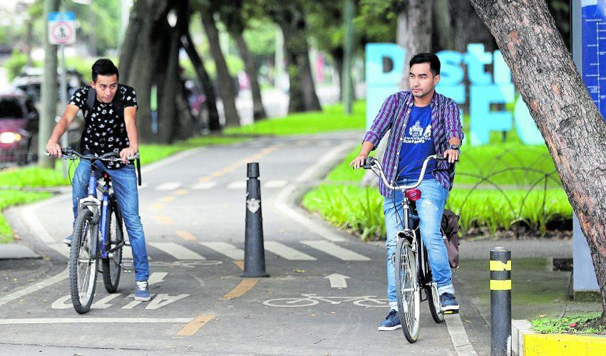 Muchos guatemaltecos comienzan a ver la bicicleta como un medio de transporte alterno.(Foto Prensa Libre: Erick Ávila)